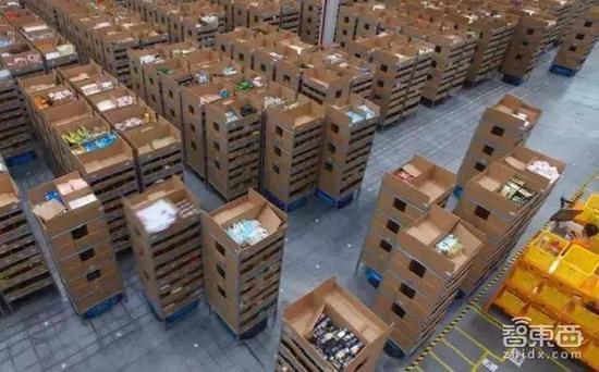 菜鸟智慧仓内管理员在监控AGV机器人搬运货箱