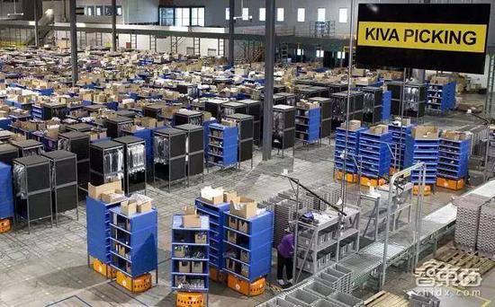 亚马逊仓库内机器人在工作