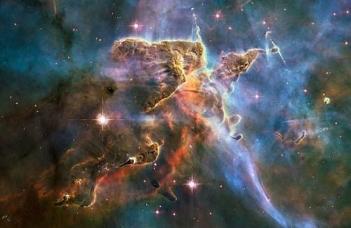 资料图:哈勃望远镜拍摄到的船底座星云(Carina Nebula)内部的星际气体和尘埃图像。(图片来源:NASA)