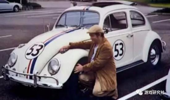 """爱德华·史密斯现在的老婆是一辆白色大众甲壳虫,并且他和多种载具都有过不同程度的性生活。他曾说:""""我最强烈的性经验是在20世纪80年代看直升机电视节目时打飞机""""。"""