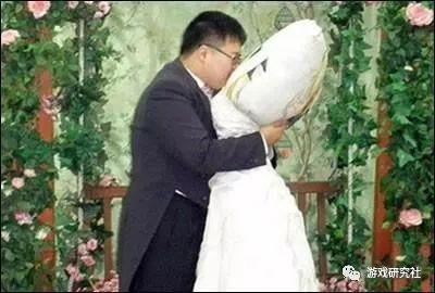 韩裔日本青年李真奎正在与《魔法少女奈叶》中的角色菲特·泰斯特罗莎举行婚礼