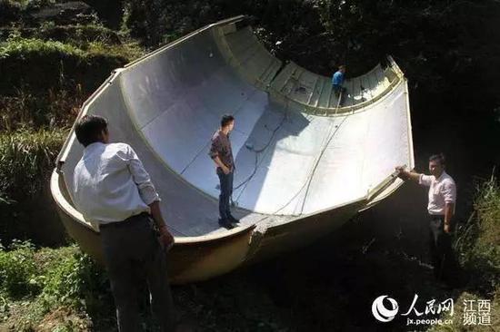 某卫星发射任务时坠落在农田的巨大整流罩 (来自:人民网)