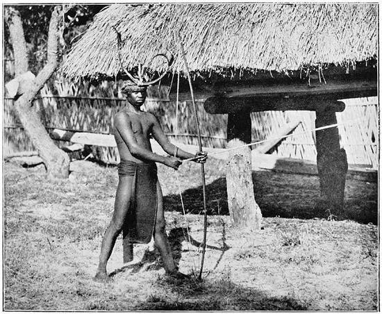 男猎人似乎才更符合想象(图为菲律宾一位拿着猎弓的尼格利陀人)|The Inhabitants of the Philippines