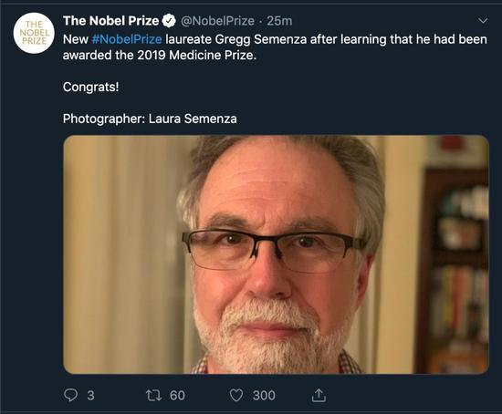 格雷格·塞門扎得知獲獎後發的自拍。截圖/自諾貝爾獎官方推特。