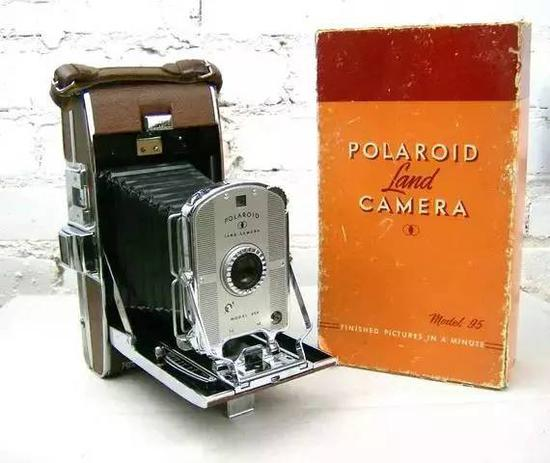 ▲ 世界上第一台一次成像相机宝丽来 95 型