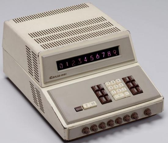 ▲ 早期的卡西欧 001 计算器,体积庞大且价格昂贵