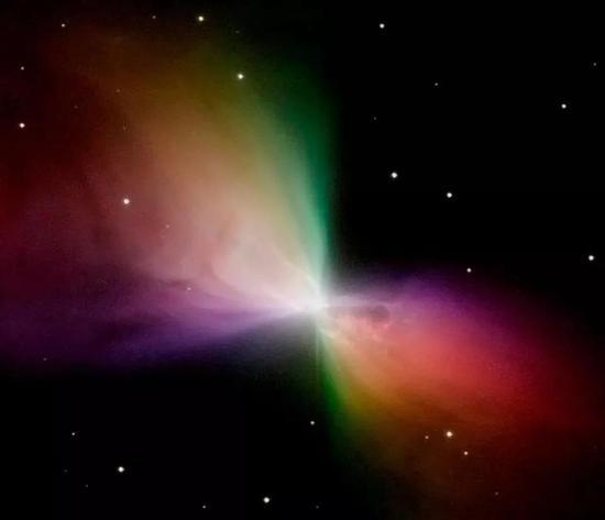 哈勃望远镜拍摄的旋镖星云彩色图像。这颗恒星喷出的气体快速膨胀,导致其在绝热状态下冷却,其内部部分区域的温度甚至低于大爆炸的余辉。