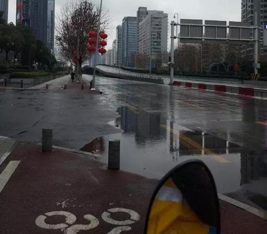 干干净净的大街。疫情中心的武汉,春节的武汉,雨中的武汉。很安静。(摄于1月26日)