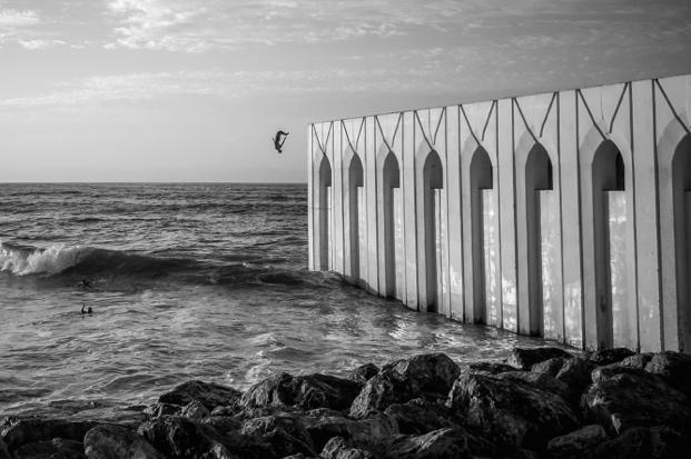 """""""2016年的9月,我第三次去往摩洛哥。夕陽時分,一個小男孩沿著清真寺外的圍墻一路小跑到遠處,然后縱身魚躍跳入冰冷的海水中。對我來說旅行途中,壯觀的建筑縱然喜聞樂見,但我更愿記錄隨走隨停的當地光影和有趣瞬間?!?  ——南山"""