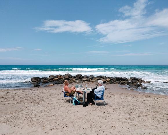 按下快門,對我來說是完全感性的直覺本能。拍攝這張照片的瞬間,是我在意大利西西里島滾燙的沙灘上,遇見了兩個婦人和一條黑狗。她們在離海很近的地方支起了一個簡易的桌子,靜靜地看著海浪拍打著礁石。這一刻讓我想起了《天堂電影院》里的場景,仿佛夏天有風拂過,瞬間趕走了燥熱。   ——Oneice