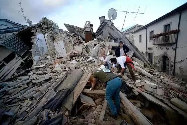 """地震后被掩埋的幸存者容易出现""""挤压伤症候群"""",症状就包括横纹肌溶解"""