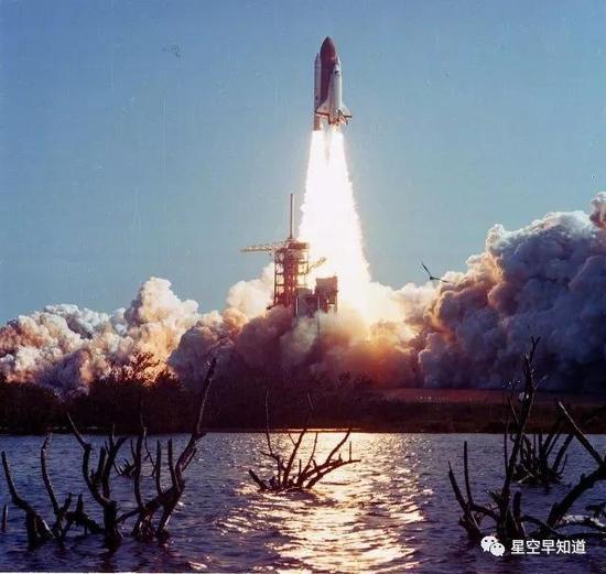 1984年4月6日,挑战者号航天飞机发射,执行STS-41C任务,包括两项工作:释放一颗新卫星,修理一颗旧卫星 来源:NASA