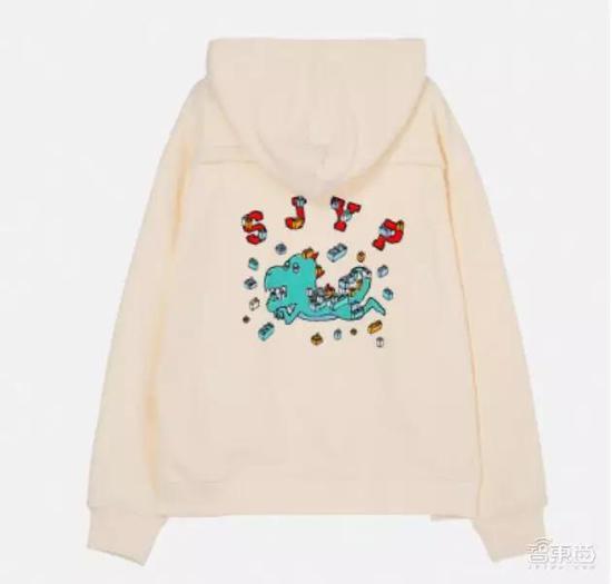 ▲这款卫衣背部印有SJYP的logo、卡通图片、不规则排列的方块模块。