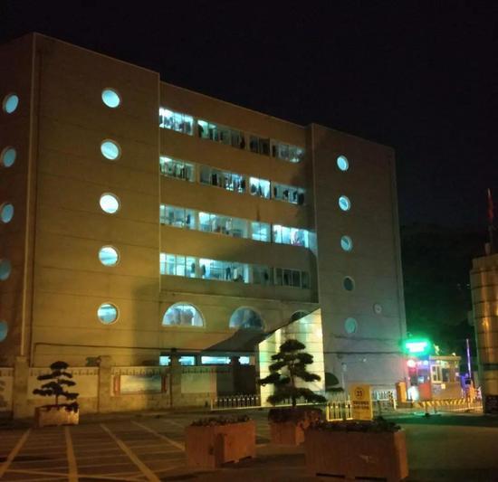 武汉理工大学亮着灯。(摄于1月30日)