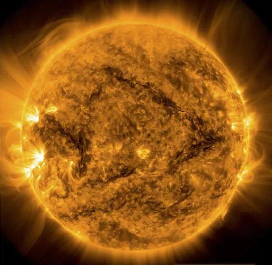 太阳——地球生命的能量源泉——最近异常安静。天文学家正在试图理解它为什么这么安静。(图片来源:太阳动力学观测台、美国宇航局)