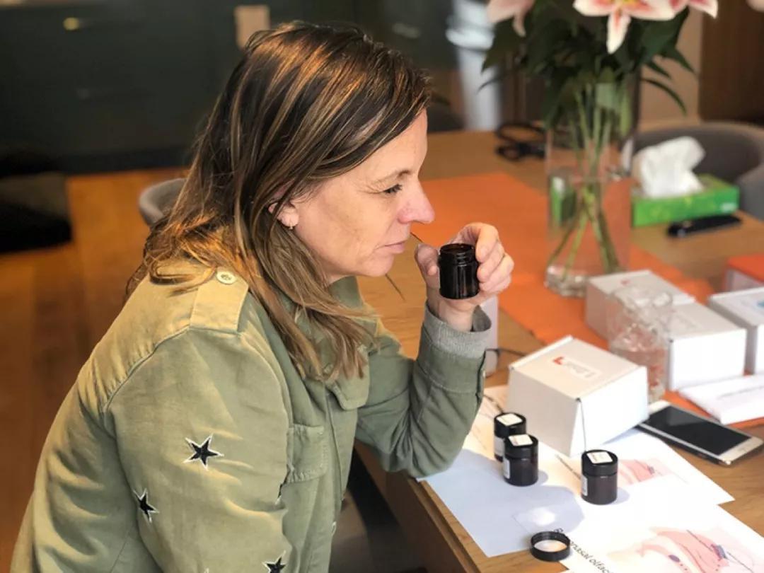 """对于丧失嗅觉的COVID-19康复者来说,一个治疗方法是""""嗅觉训练"""",让他们重新学习指定的气味,比如玫瑰和柠檬的气味。来源:Christine E。 Kelly"""