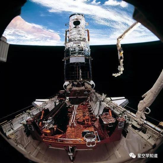 1993年,STS-61任务,在轨维修哈勃望远镜 来源:NASA
