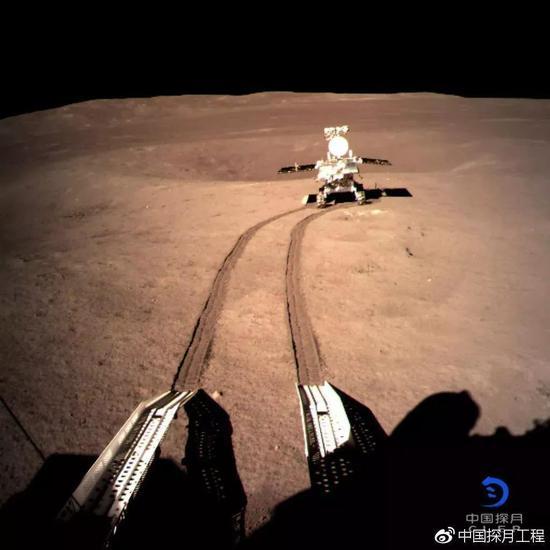 着陆器监视相机C拍摄的行走到A点的玉兔二号。