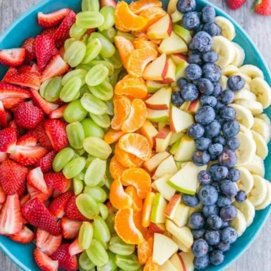 許多果實種子都嵌在果肉中 圖片來源:https://natashaskitchen.com/fruit-salad-recipe-with-orange-poppy-seed-syrup/