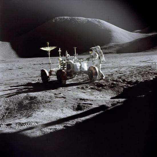 月球表面的长光照、高真空以及月壤可能才是第一步要利用的资源图/NASA