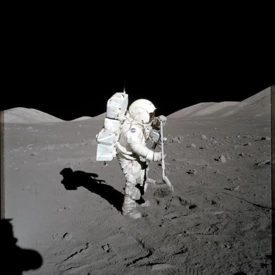阿波罗计划中收集月壤的宇航员图/NASA