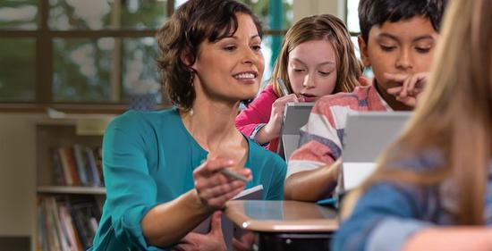 此前微软Surface设备已经在教育市场中小规模应用(图源Microsoft)