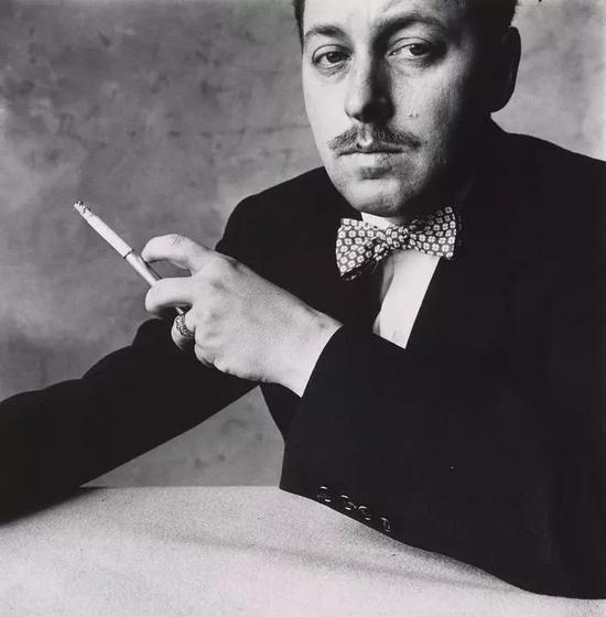 田纳西·威廉斯(1911-1983):20世纪美国最重要的剧作家之一。他于1948年及1955年分别以他的《欲望号街车》(A Streetcar Named Desire)及《热铁皮屋顶上的猫》(Cat on A Hot Tim Roof)赢得普利策戏剧奖。图源:Wall Street Journal