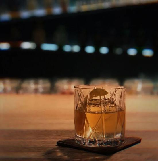 使用冰块作为低温冷剂降温的鸡尾酒