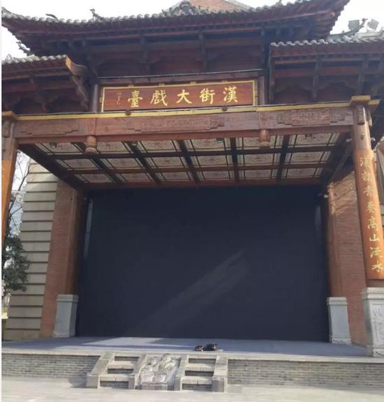空荡荡的汉街,大戏台也寂寞了很久。一只狗在戏台上晒太阳。(摄于2月4日)