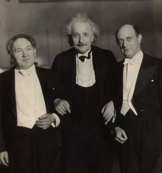 1934年4月1日,利奥波德·戈多斯基、阿尔伯特·爱因斯坦和阿诺德·勋伯格在纽约卡内基音乐厅。