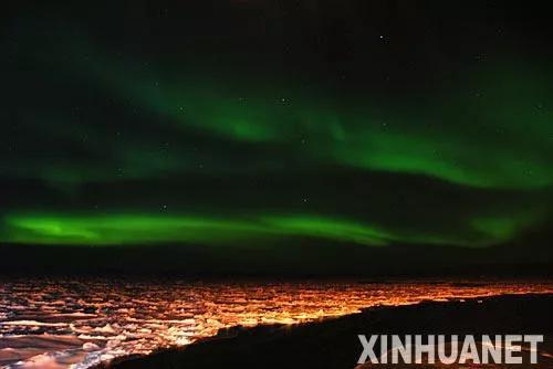 南极上空的绿色极光带(张建松摄)