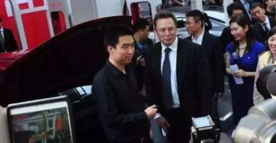 李想从埃隆・马斯克手中接过特斯拉Model S钥匙 图源网络