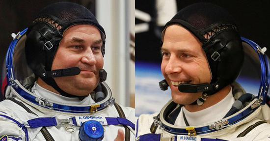 俄罗斯航天员阿列克谢?奥夫奇宁与美国宇航员尼克?黑格