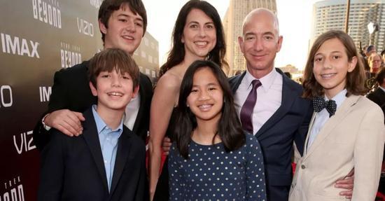 贝索斯、麦肯齐和他们的子女(女儿是贝索斯领养)