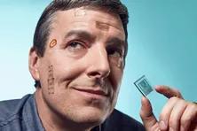 (John Rogers教授和他带领研发的电子皮肤,可以在身体的任何地方佩戴。版权属于原作者)