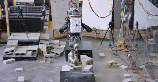 砖块的宽度与机器人脚板宽度差不多