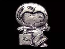 史努比的创作者查尔斯·舒尔茨是NASA的粉丝,他亲自绘制了这个奖章的图案。(图片来源:维基百科)