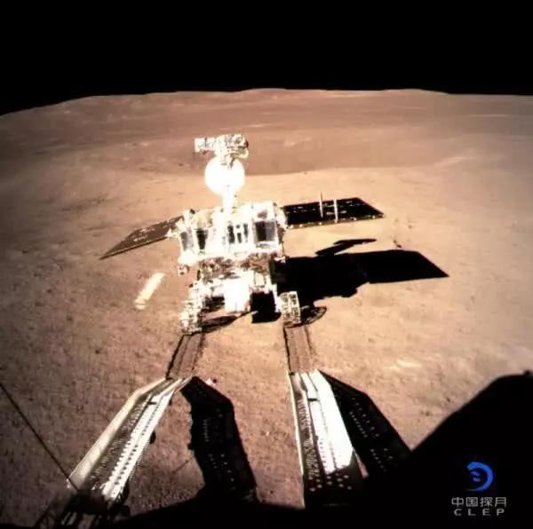 嫦娥四号着陆器监视相机C拍摄的玉兔二号巡视器走上月面影像图