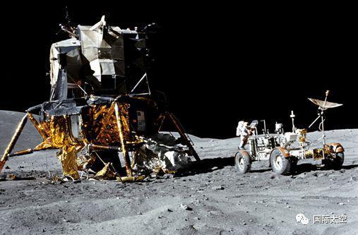 月面上的登月舱和月球车,航天员在月球车后面工作