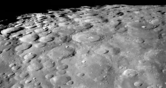 陨石坑密布的月球表面。图片来源:NASA