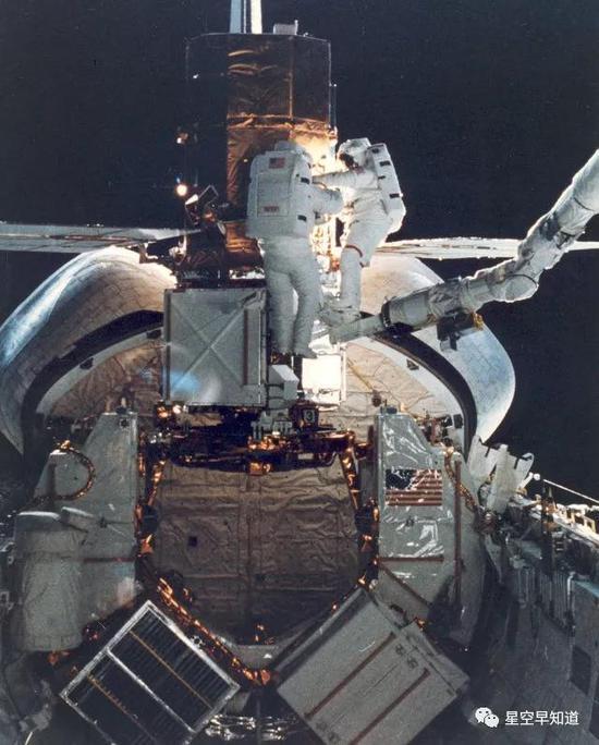 机械臂最终成功抓获卫星来源:NASA