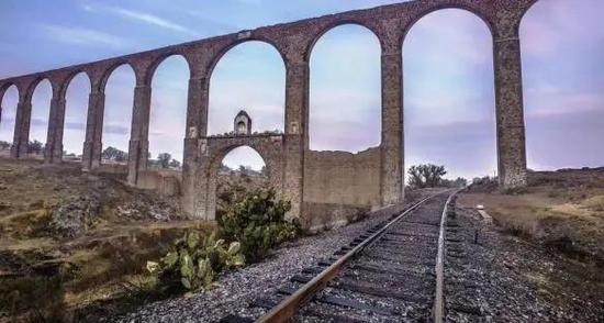 墨西哥腾布里克神父水道桥残存的土胚