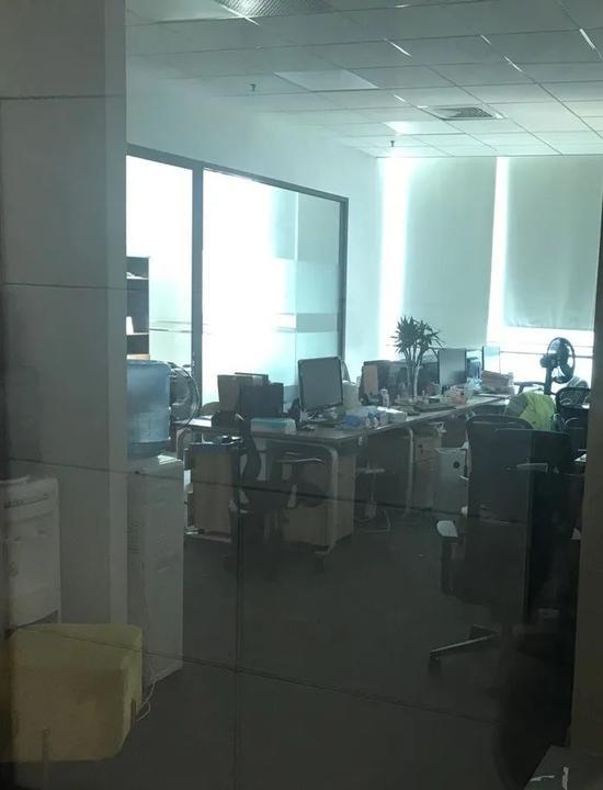 寓意总部办公室内,仍留有员工个人物品。图/张光裕