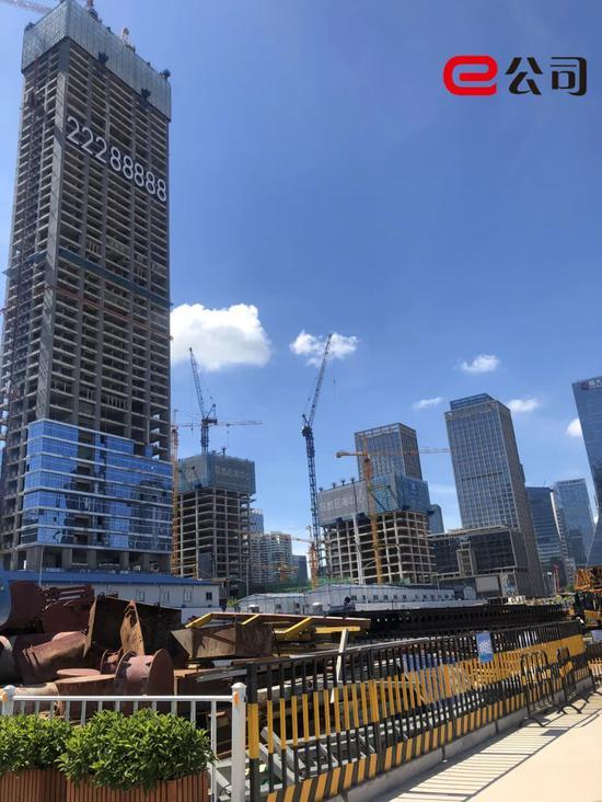 """忙碌而有序的工地上,如今拔地而起的""""总部大厦们"""""""