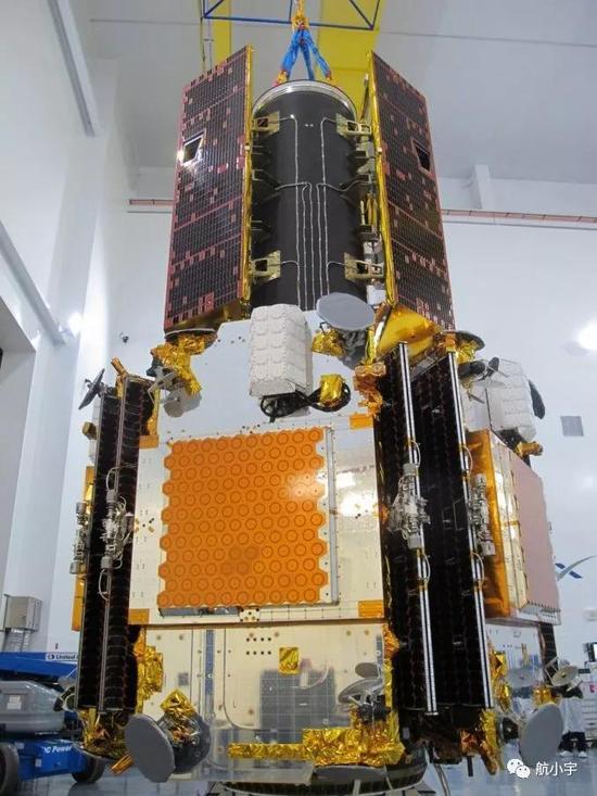 """两颗GRACE-FO卫星(上方)同5颗""""下一代铱""""卫星叠装在一起"""
