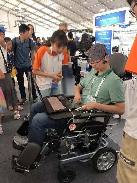 2019世界机器人大会现场展示的脑控轮椅,直接用脑电波控制轮椅活动。