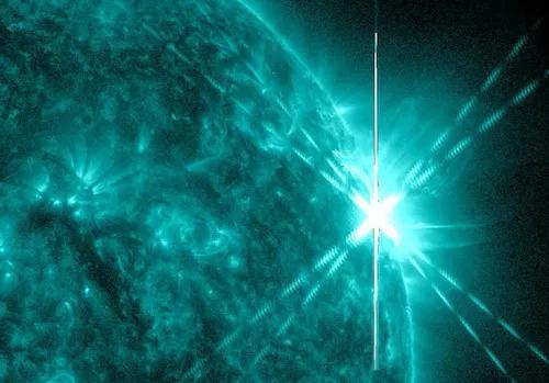 2014年6月,在极紫外波段,一个能量强劲的活跃区随着太阳旋转进入视野,产生了两个非常强烈的辐射——X型耀斑。(图片来源:太阳动力学观测台、美国宇航局)