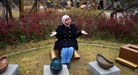 韩国水源,游客坐在古老的马桶上。这里是世界上第一个厕所主题的公园,人们在这里可以了解厕所的历史和文化,当然这里是免费的,展品包括了各种发展中国家的公共厕所。图/悦游