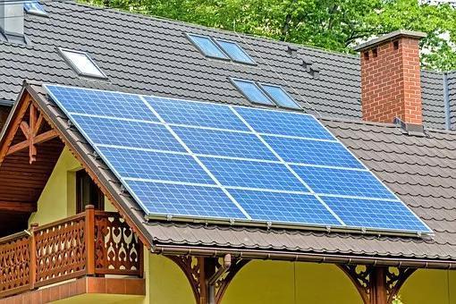 安装在屋顶的太阳能电池板。图片来源:pixabay