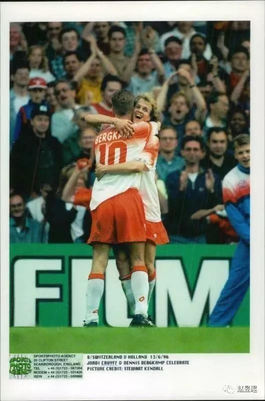 ▲ 对,抱紧这个叫Bergkamp的10号,他才是荷兰队的大腿